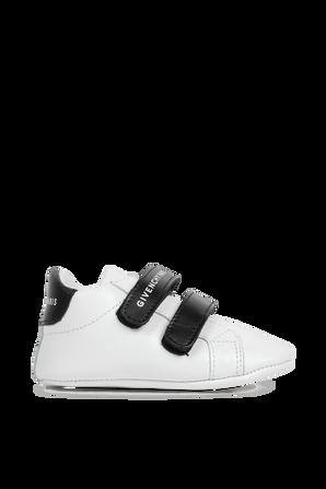 גילאי 17-19 נעלי צעד ראשון בלבן עם לוגו GIVENCHY KIDS