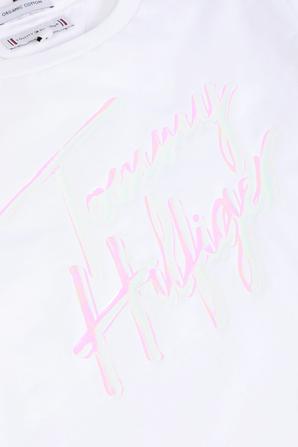 גילאי 17 חודשים - 7 שנים חולצת טי לבנה עם הדפס חתימת המעצב TOMMY HILFIGER KIDS